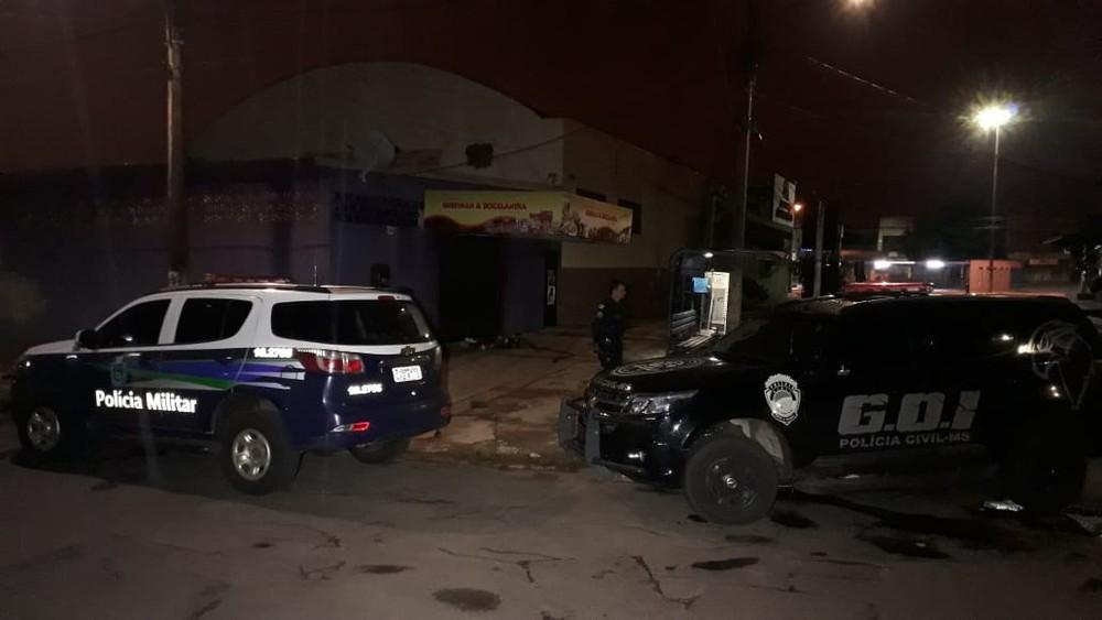 Polícia no local onde a vítima foi encontrada morta — Foto: José Aparecido/TV Morena