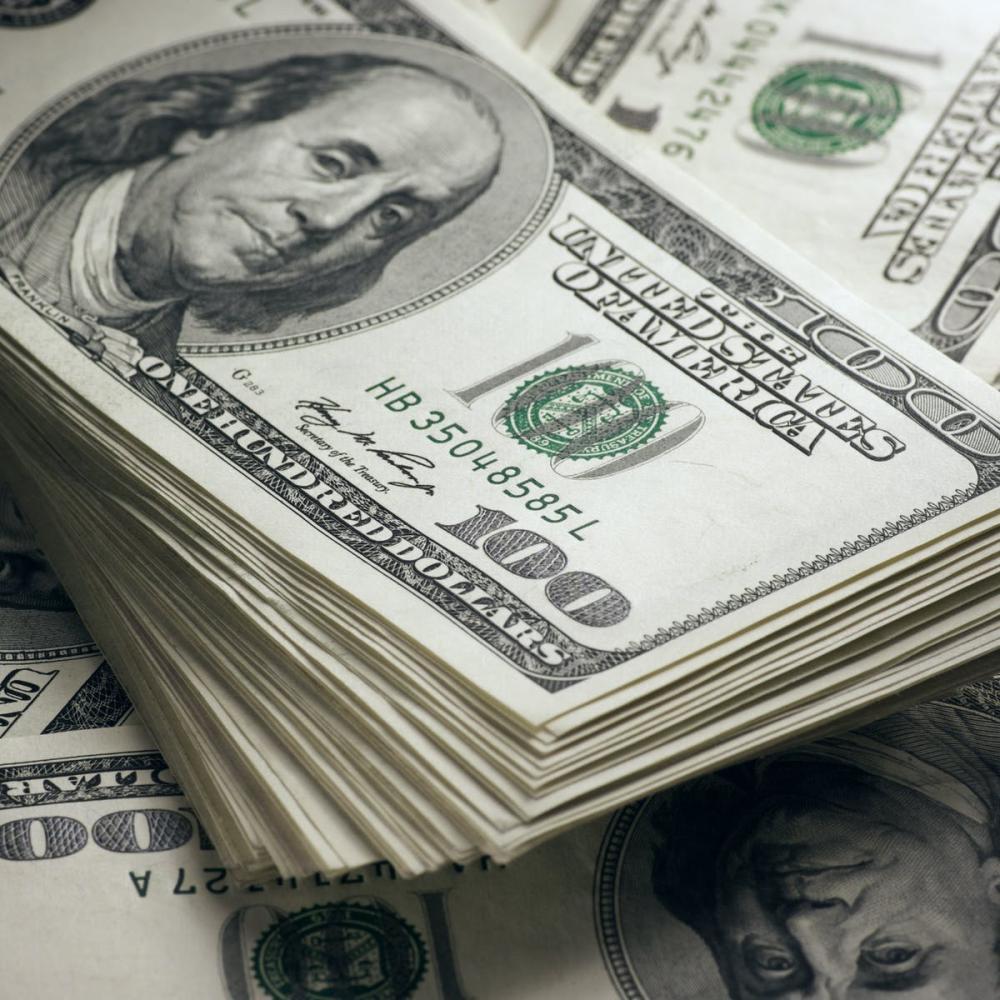 Dólar fecha no menor valor em quase três meses